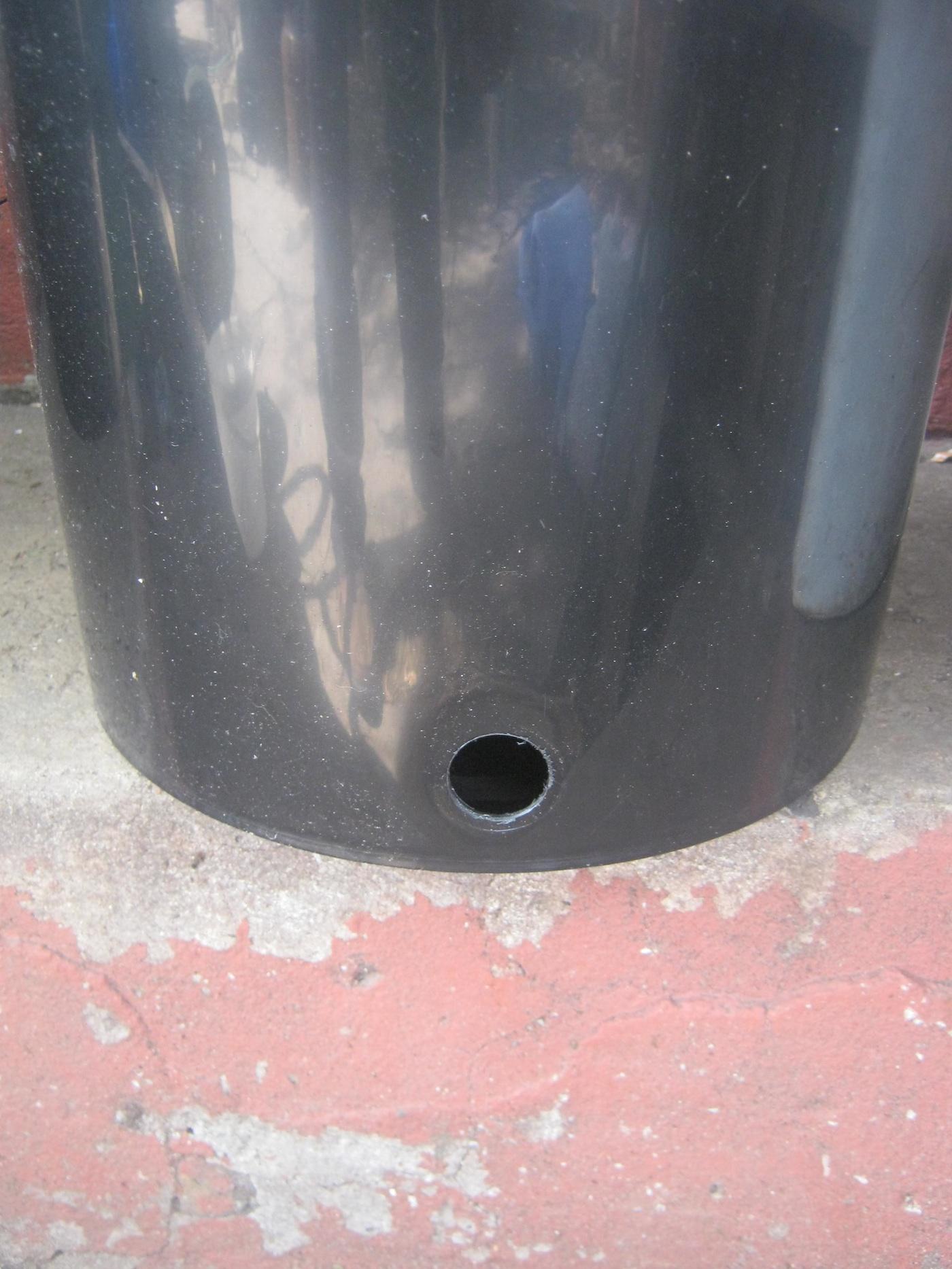 Unterer Behälter der Wurmkiste mit Loch für den Abflußhahn