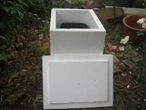 A polystyrene box is a way to protect worms from hot temperatures in summer.