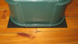 Plastikplatte unter einem Wurmfarmcontainer.