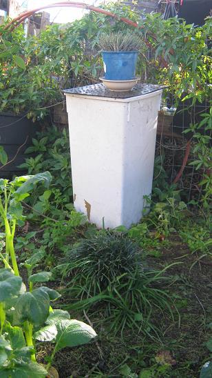 Eine einfache Wurmfarm im Garten.