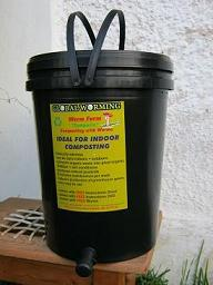 An indoor worm farm with a capacity of 20 liters / 5 US gallons
