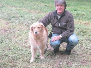 Stephan mit Kerry, dem Hund seiner Mutter.